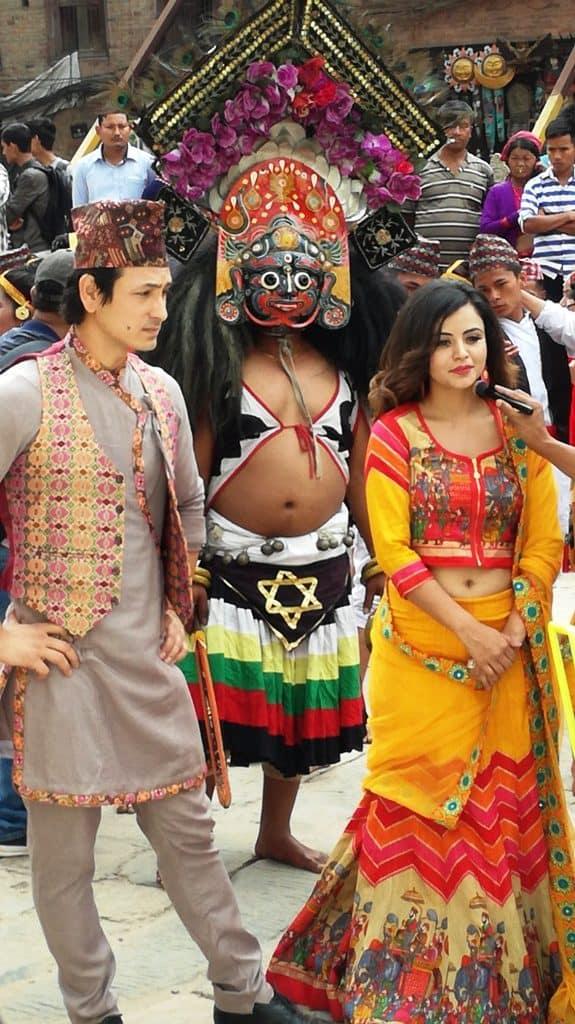 Attori di Bollywood con abiti tradizionali nepalesi