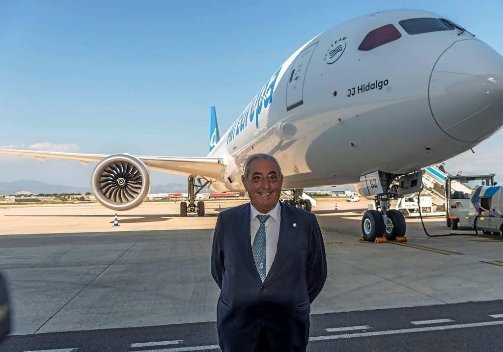 Juan-José-Hidalgo-posa-di-fronte-al-nuovo-aereo-della-compagnia-il-Boeing-787-9-1024x717 Air Europa amplia la sua flotta