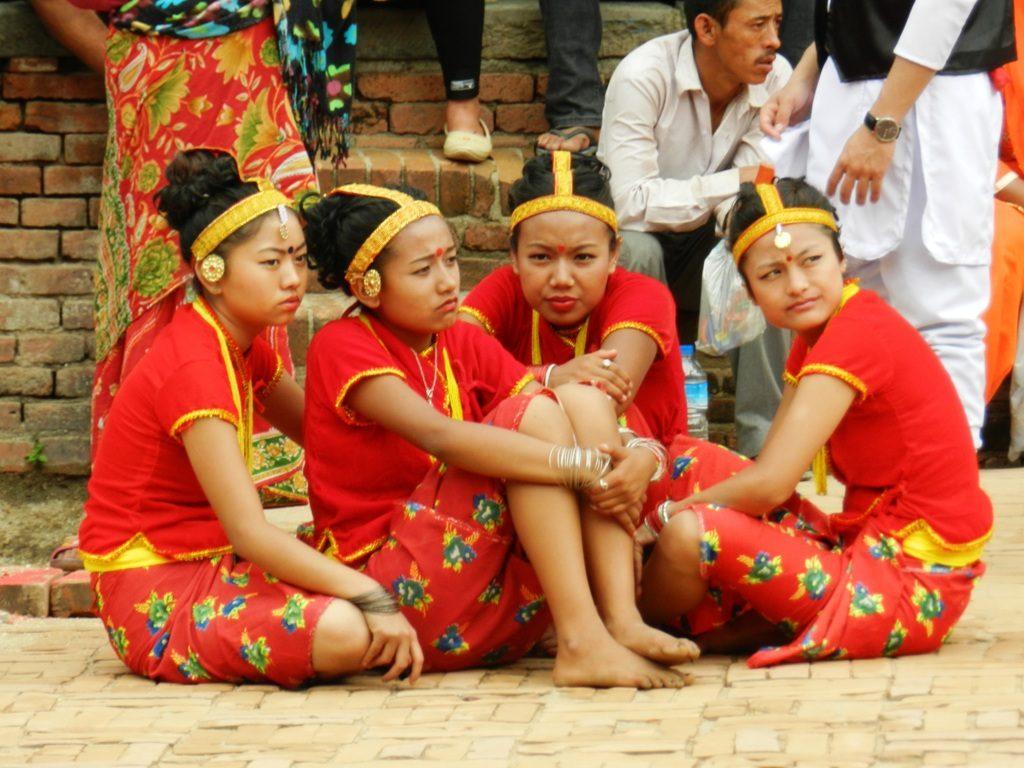 Giovani ballerine in costumi tradizionali nepalesi