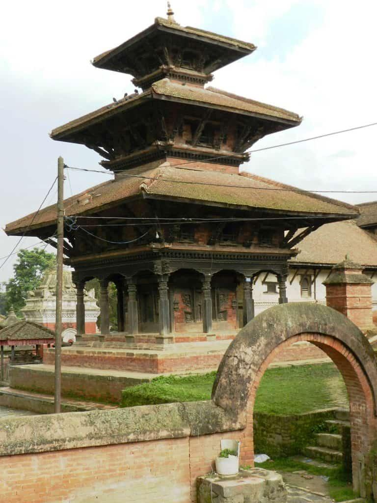 Uno dei molti templi a Panauti