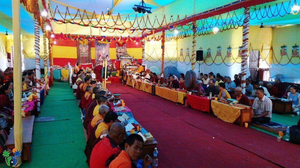 Gruppo di monaci e monache riuniti in preghiera