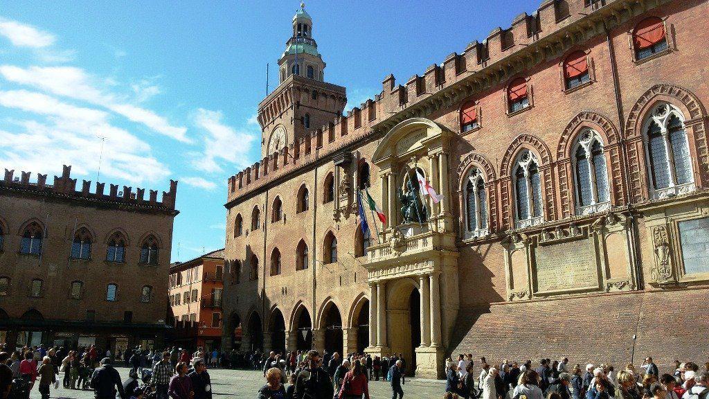 piazza-grande-2827032_1920 Bologna e dintorni da scoprire in auto